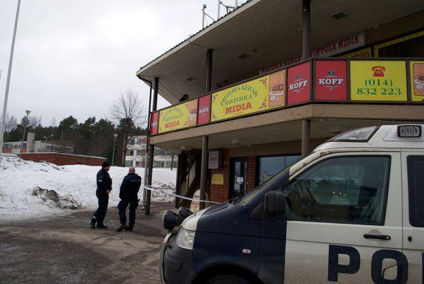 Laukaalaismies, jonka asunto on pizzerian kanssa samassa rakennuksessa, kertoo nähneensä pizzerian edustalla sekavasti käyttäytyneen miehen, joka huusi poliisia ja ambulanssia.