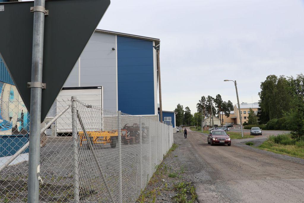 """Konepajan pöly ja meteli harmittavat naapureita Kokemäellä - toimitusjohtaja syyttää """"manipuloinnista"""" ja teki rikosilmoituksen salakatselusta"""
