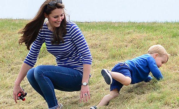 Kate istahti rennosti nurmelle leikkimään poikansa kanssa.