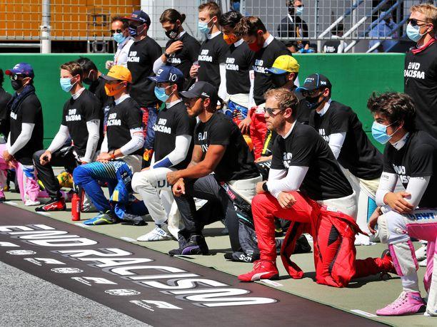 Lewis Hamilton luonnollisesti polvistui ja piti tämän lisäksi Black Lives Matter -paitaa.