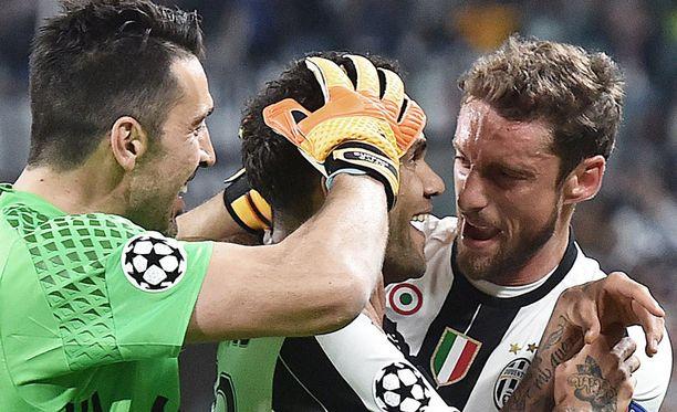 Gianluigi Buffon ja Claudio Marchisio onnittelevat Dani Alvesia.