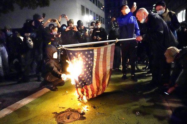 Mielenosoittajat sytyttivät USA:n lipun tuleen Portlandissa.