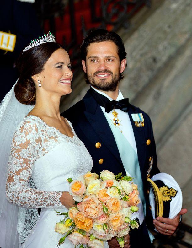 Prinssi Carl Philip ei malttanut pitää katsettaan erossa vaimostaan vuonna 2015. Hymy ylettyi korvasta korvaan.