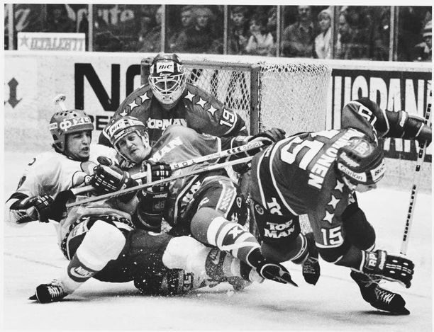 HIFK kampesi Helsingin herraksi 1983. Keskellä vääntää ratkaisumaalin isä Pertti Lehtonen.