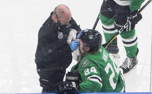 Roope Hintz loukkaantui – video: törmäsi vauhdilla laitaan ja makasi tuskaisena jäällä