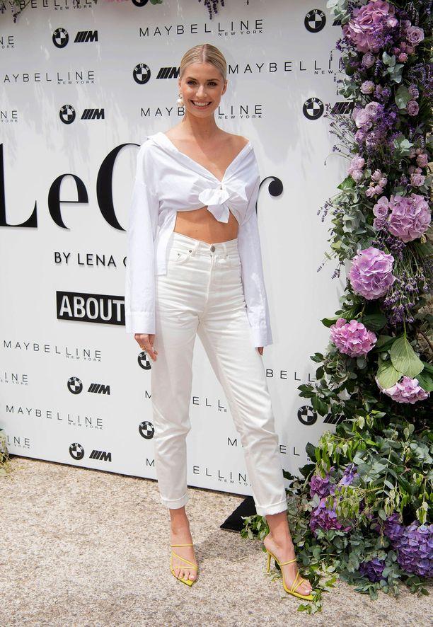Lena Gercke luottaa hänkin kokovalkoiseen. Imartelevin farkkumalli on korkeavyötäröinen, jolloin pusero voi olla myös vajaamittainen.