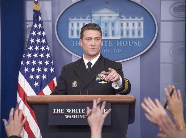 Kontra-amiraalli Ronny Jackson seisoi tiistaina tunnin median tentattavana Valkoisessa talossa.