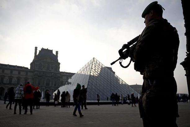 Louvrea vartioineet sotilaat pysäyttivät viidakkoveitsellä aseistautuneen miehen. Arkistokuva.