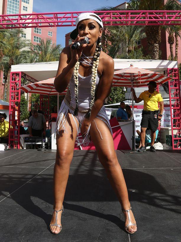 Laulaja esiintyi Flamingo-hotellin uima-allasbileissä.