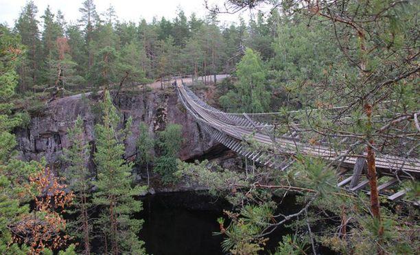 Vuonna 1987 käyttöön otetun teräksisen ja puukantisen riippusillan jännemitta oli 50 metriä.
