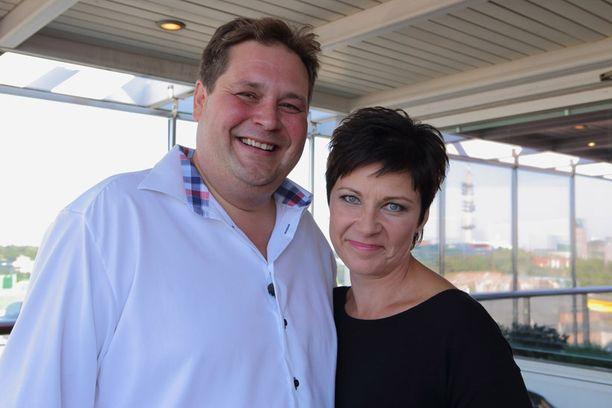 Jethro Rostedt ja Marja Tiura pääsevät järjestämään häät.