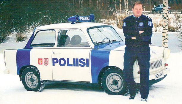 TYÖPARI Poliisi-Trabi ja lähipoliisi Aimo Rautiainen.