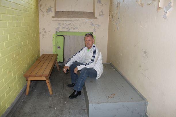 Pauli Heinämäki kävi 50 vuoden jälkeen ensimmäistä kertaa Leppäniemen osaston sellissä, jossa joutui olemaan pisimmillään yli kymmenen kuukautta karkailujen takia.