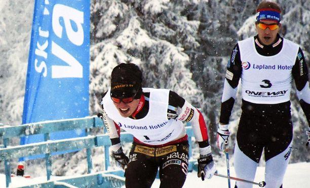 Ari Luusua lykki voittoon Oloksella. Anssi Pentsinen nosti selän suoraksi ennen maaliviivaa.