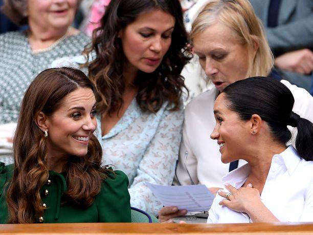 Herttuatar Meghan seurasi Wimbledonin naisten kaksinpelin finaalia yhdessä herttuatar Catherinen kanssa.