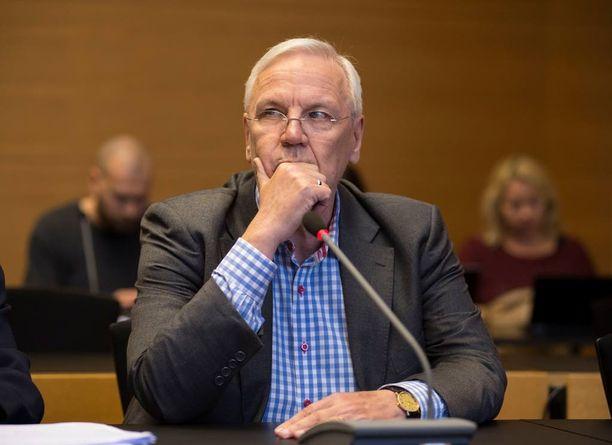Ex-kaupunginjohtaja Jukka Peltomäen syytetään ottaneen lahjuksia yli 200 000 euron edestä.