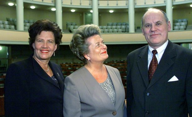 Eduskunnan puhemieshistö 2000. 1 varapuhemies Sirkka-Liisa Anttila (kesk), puhemies Riitta Uosukainen (kok) ja 2 varapuhemies Jukka Mikkola (sd).