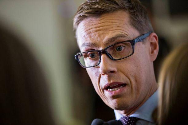 """Kohusta huolimatta valtiovarainministeri Alexander Stubbilla (kok) on pääministerin tuki. Juha Sipilä (kesk) twiittasi lauantaina, että """"teemme kaikki joskus virheitä""""."""