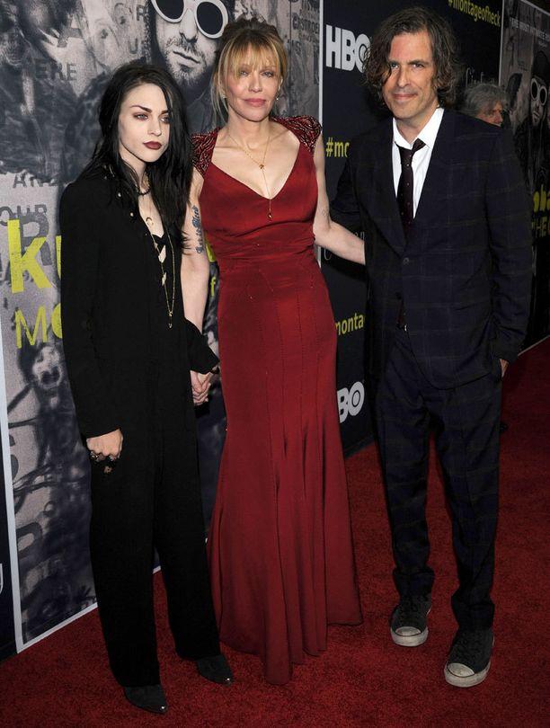 Kurt Cobainin tytär Frances Bean Cobain, leski Courtney Love ja dokumentin Kurt Cobain: Montage of Heck ohjaaja Brett Morgen ensi-illassa Los Angelesissa.