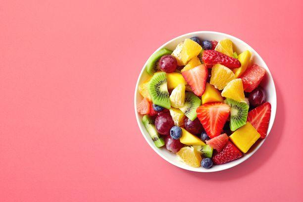 Kasviksia, marjoja ja hedelmiä sisältävä ruokavalio auttaa myös riittävässä kuidun saannissa.