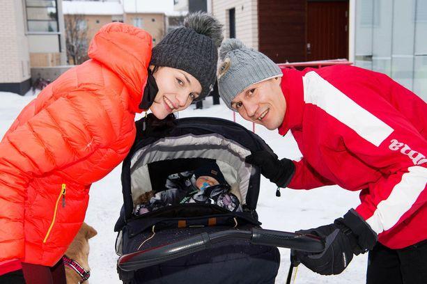 Anton-vauva nukkuu usein vaunuissa, kun äiti ja isä lenkkeilevät. Kun Nadia juoksee joskus ilman vaunuja, se tuntuu hänen mielestään ihmeen helpolta.