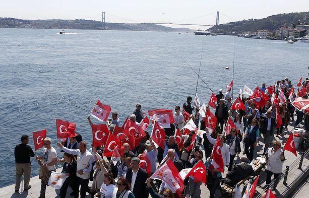Ei-äänten puolesta järjestetty mielenosoitus Istanbulissa lauantaina.