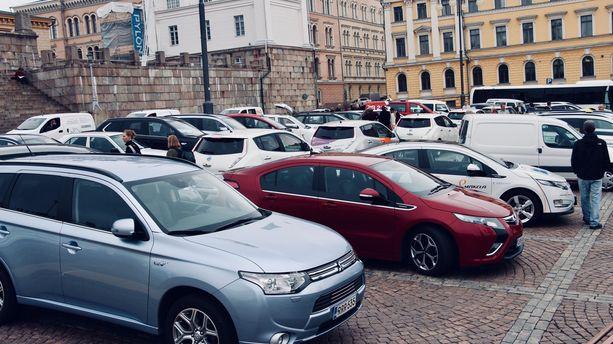 Kuvassa on sähköautoja Helsingin Senaatintorilla. Automerkkikohtaisia tietoja sähköautojen valmistuksen hiilipäästöistä ei ole saatavilla.