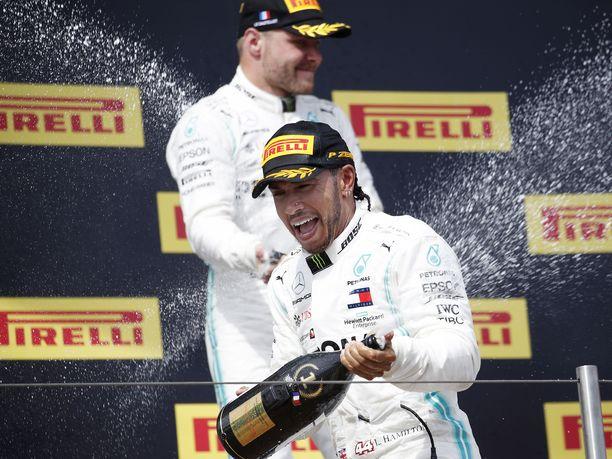 Lewis Hamilton on päässyt suihkuttelemaan kuohujuomaa tämän kauden kaikissa kahdeksassa osakilpailussa. Hamilton johtaa MM-sarjassa  tallikaveriaan Valtteri Bottasta 36 pisteellä ja Ferrarin Sebastian Vetteliä jo 76 pisteellä.