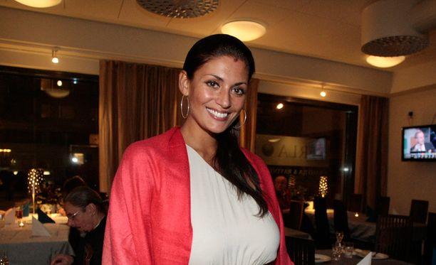 Jasmin Mäntylä viihtyy uuden perheensä kanssa.