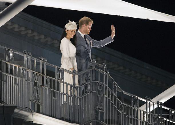Herttuatar Meghan ja prinssi Harry vilkuttivat heitä tervehtimään saapuneille.