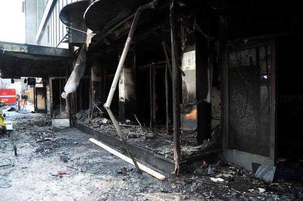 TÄYSTUHO Hämeenkadulla katutasossa sijannut pizzeria tuhoutui tulipalossa täydellisesti. Poliisi epäilee, että tulipalo sytytettiin tahallaan.