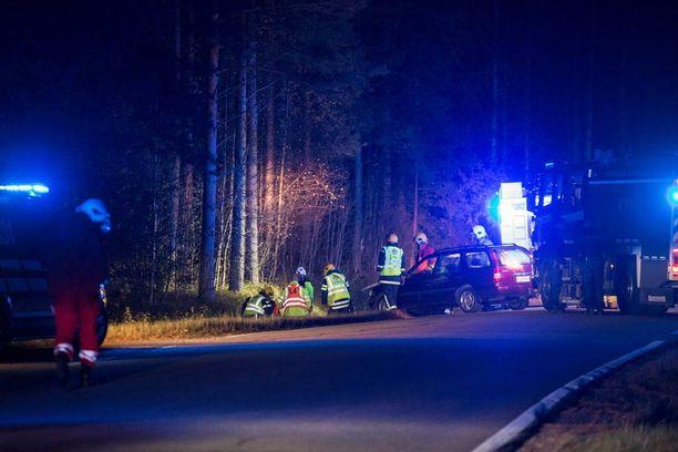 Pelastuslaitos nosti auton, ja ihminen pääsi puristuksista.