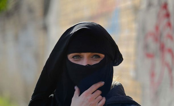 Muslimihuivin kaltaisista uskonnollisista symboleista on tullut kuuma poliittinen aihe.