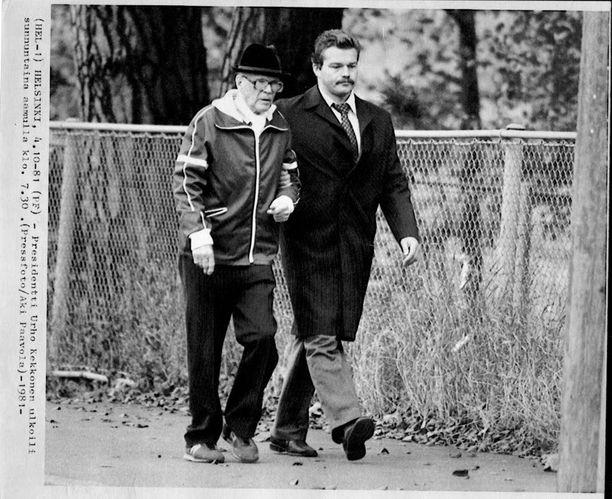 Kekkonen ulkoilemassa sairauslomallaan lokakuun 4. päivänä 1981.