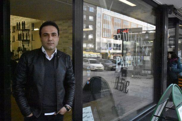 Solyiman Ebrahimpoor käy päivittäin entisellä työpaikallaan tapaamassa entisiä työkavereita ja asiakkaita.