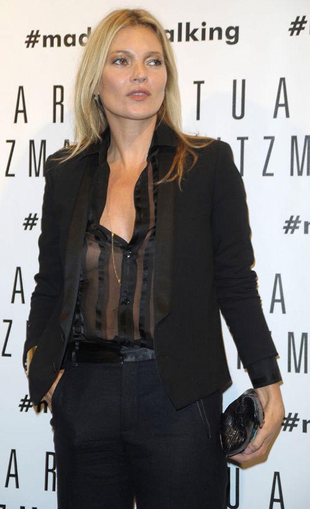 Kate luotti aina tyylikkääseen mustaan.