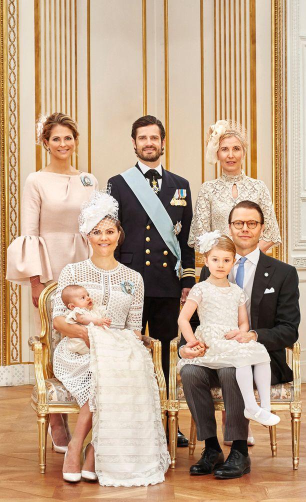 Prinssi Oscarin viralliseen ristiäiskuvaan pääsi mukaan myös pikkuprinsessa Estelle.