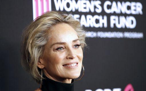 """Sharon Stonen lupusta sairastava sisko sai koronan – näyttelijän voimakas viesti: """"Kestäisitkö tässä huoneessa yksin?"""""""