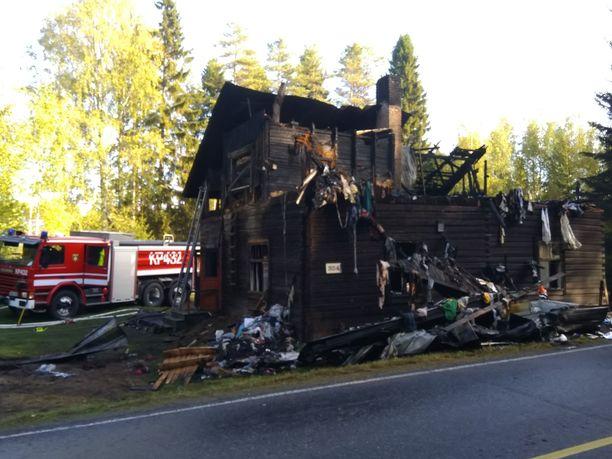 Omakotitalo paloi rajusti yön aikana.
