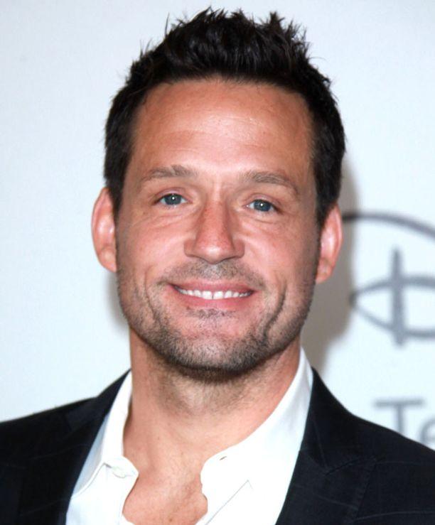 Josh Hopkins tunnetaan parhaiten tv-rooleistaan. Hän on näytellyt muun muassa Ally McBeal -sarjassa.