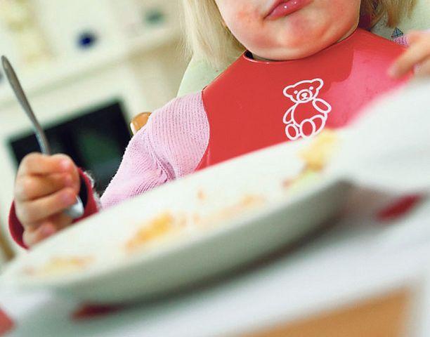 PAKKOSYÖTTÖÄ Päiväkodin hoitajien epäillään syöttäneen lapselle hänen oksentamansa murot. Kuvan lapsi ei liity tapaukseen.