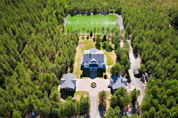 Taloon kuuluu 6500-neliöinen tontti, jolta löytyy muun muassa jalkapallokenttä, leikkipuisto, autopaikkoja ja kaksi autotallia.