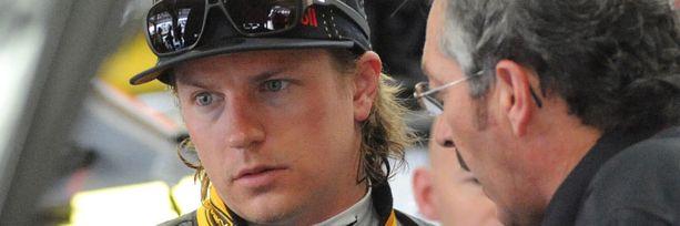 Kimi Räikkönen saa Rick Reniltä ohjeita.