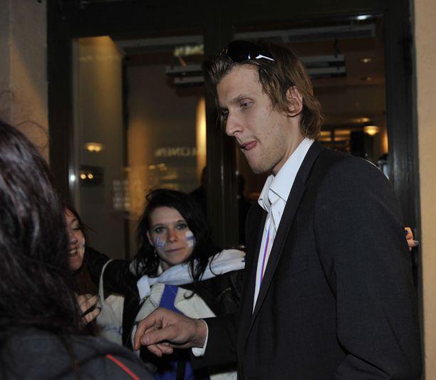Pelicansissa oivan kauden pelannut Niko Hovinen jakeli faneille nimmareita ravintola Teatterin edessä viime yönä.