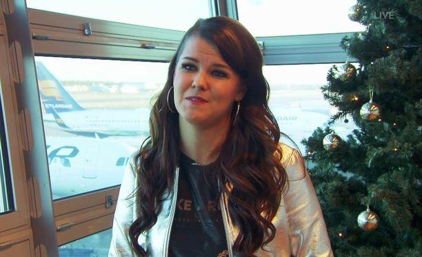 Saara Aalto istuu parhaillaan lentokoneessa.