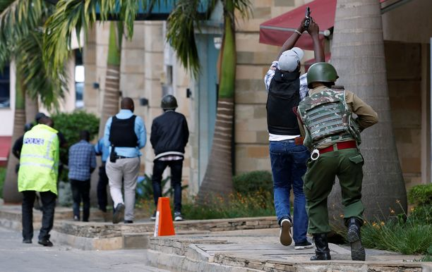 Hotellin ulkopuolella on poliiseja ja Kenian turvallisuusjoukkojen sotilaita.