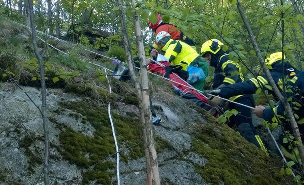 Mies putosi noin 25 metrin matkan jyrkänteeltä. Hänet pelastettiin köysien avulla.