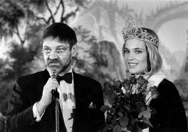 Missi Suomi -kisojen juontajana 1985. Marja Kinnunen voitti.