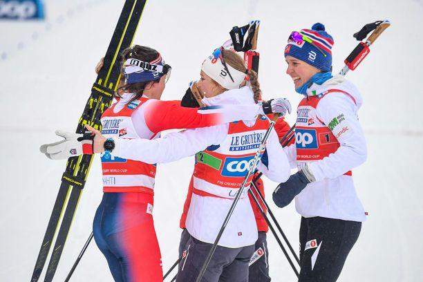 Norjalaisnaiset juhlivat Lahdessa viestikultaa.