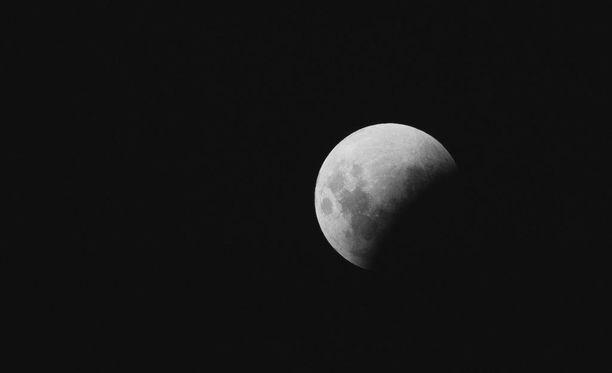 Täydellisen kuunpimennyksen aikana Maa estää kaiken suoran auringonvalon pääsemisen Kuun pinnalle.